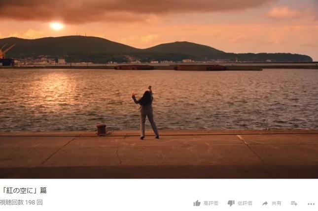 夕焼けの港で熱唱(画像はNTTドコモの公式YouTubeチャンネルより)
