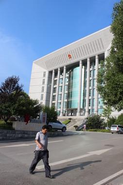 湖南省張家界市の地方裁判所の建物。地方にも巨大な庁舎が多くある