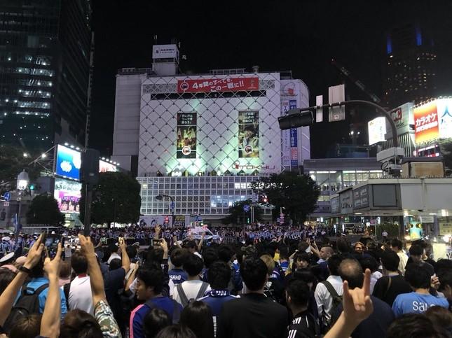 コロンビア戦直後の渋谷スクランブル交差点の様子(香波さん撮影)