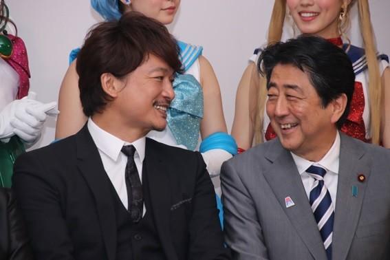 安倍首相と笑顔で談笑する場面も
