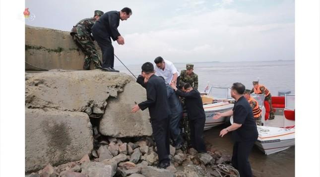 岸壁をよじ登って上陸(写真は朝鮮中央テレビから)