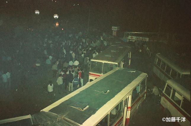 北京の長安街にある東単交差点付近には戒厳軍を阻止しようとバスなどでバリケードが築かれた(1989年6月、加藤千洋氏撮影)
