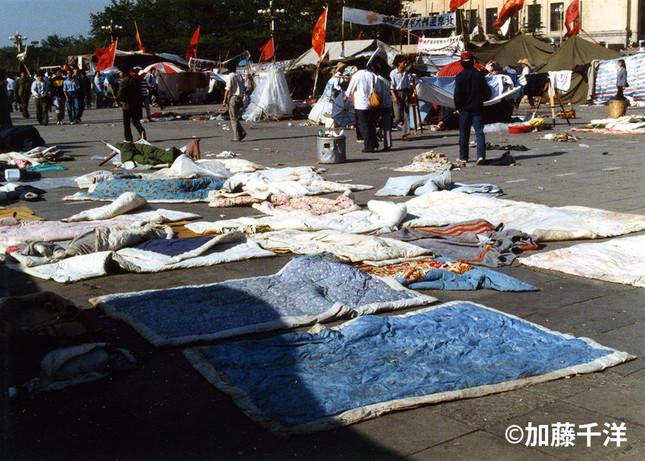 夕立が度々襲った初夏の天安門広場。太陽が出ると学生たちは湿った布団を干した(1989年5月、加藤千洋氏撮影)