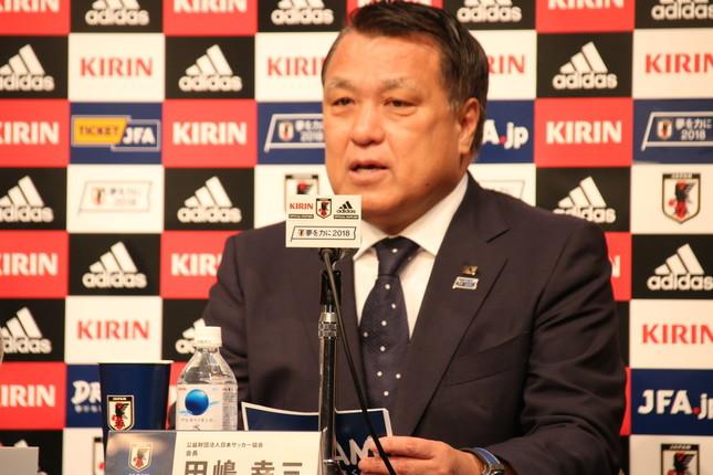 日本サッカー協会の田嶋幸三会長も会見に出席し、西野朗監督の7月末での退任を発表した(写真は2018年5月31日撮影)