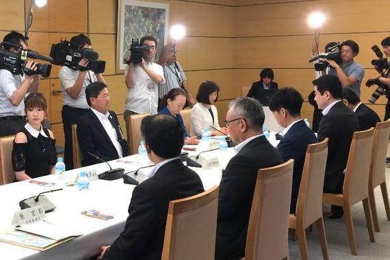 G20サミットロゴマーク審査委員懇談会に出席した吉田朱里さん(写真左端、写真は首相官邸ウェブサイトから)