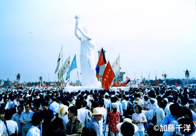 「民主の女神」像は天安門の毛沢東肖像と向き合う形で建った。短命だったが学生運動のシンボルとなり、市民の関心も集めた。 (1989年5月、加藤千洋氏撮影)