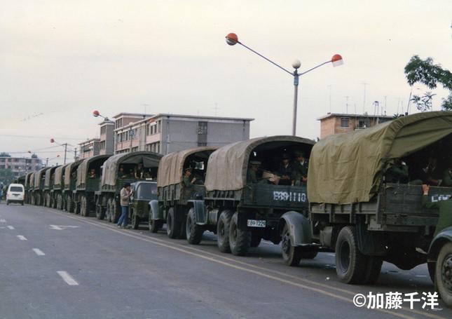 北京市郊外の幹線道路わきにずらり停車した軍の幌付トラック(1989年5月、加藤千洋氏撮影)