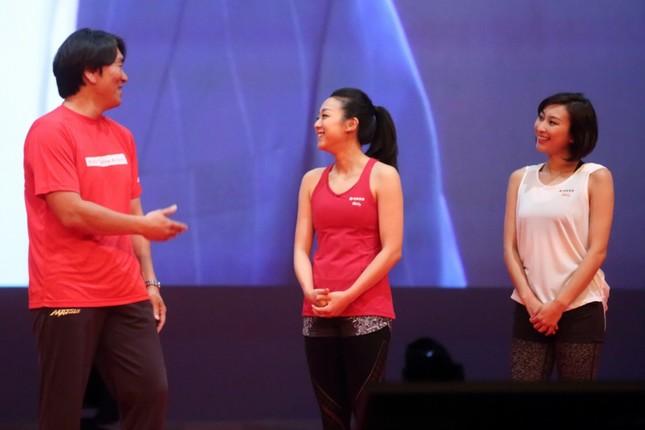 ステージ上で談笑する松井秀喜さん、浅田真央さん、浅田舞さん。浅田真央さんは松井さんの「福耳」に関心を持っていたようだ
