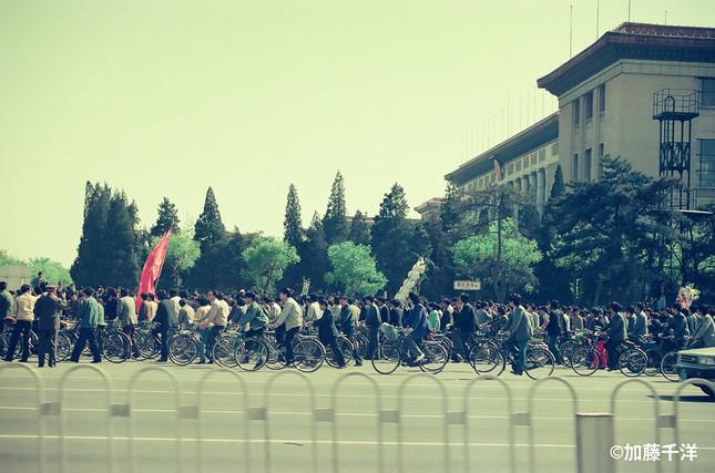 胡耀邦を追悼しようと花輪をもって天安門広場に向かう学生たち。89年4月、加藤千洋氏撮影
