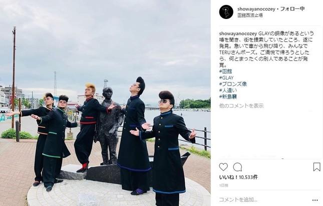 新島襄の銅像の周りで「TERUポーズ」をとる氣志團(綾小路翔さんのインスタグラムより)