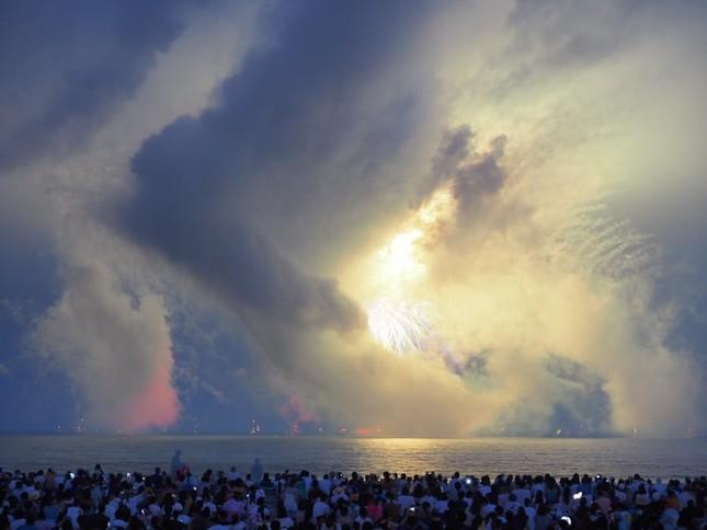 今年の鎌倉花火大会の様子。煙が花火を覆い隠している(写真は@skow_disney1636 さん提供)