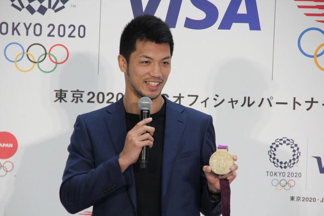 ロンドン五輪の金メダルを見せる村田選手(2018年7月26日撮影)