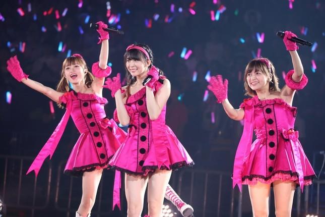 中井さんは3人組のユニットで登場。左から中井さん、奈良未遥(みはる)さん、中村歩加さん