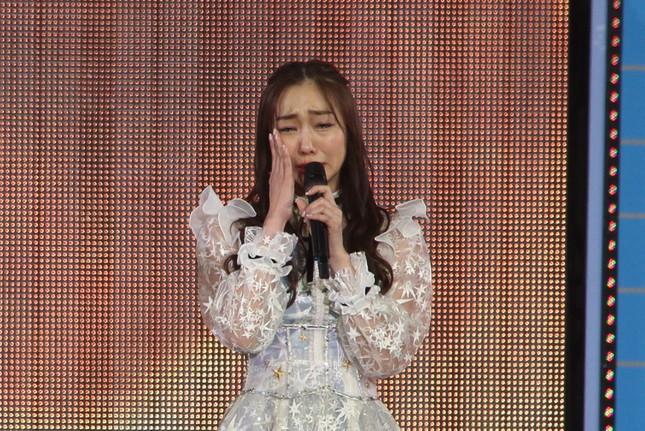 ステージ上で涙を拭うSKE48の須田亜香里さん