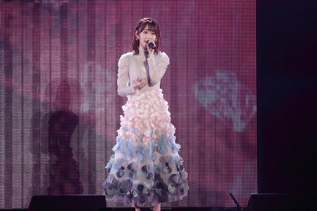 「R.S.に捧ぐ」を披露するHKT48の宮脇咲良さん