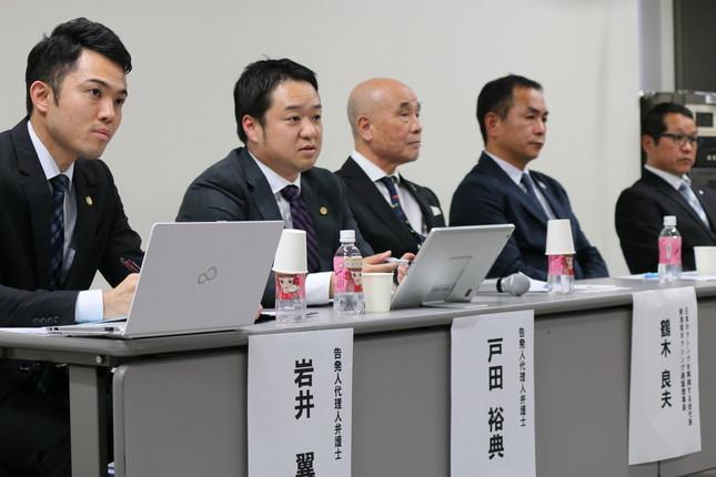 会見に出席した(左から)岩井翼弁護士、戸田裕典弁護士、鶴木良夫会長、仁多見史隆氏、菊池浩吉氏