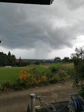 「両サイドの雨雲が変形して一つの雨柱に」なったという。写真は@maruchan_briさん提供