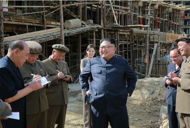 三池淵を現地指導する金正恩氏。建物の建設現場では笑顔を見せていたが…(写真は労働新聞から)