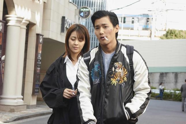 9月22日公開の主演映画「純平、考え直せ」でチンピラ役を演じる野村周平さん。タバコをくわえるシーンも。 (C)2018「純平、考え直せ」フィルムパートナーズ
