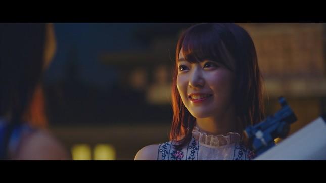 終盤のドラマシーンではHKT48の宮脇咲良さんが松井さんと「会話」する (c)AKS/キングレコード