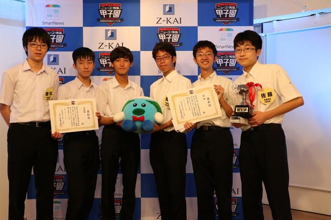右から優勝した栄東高校の佐藤彰真、森田晃平、安達虎太郎、準優勝した開成高校の後藤弘、上野李王、藤松健太の各選手