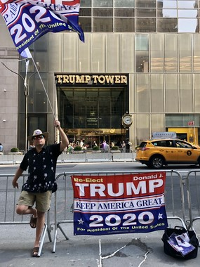 トランプタワー前で、トランプ大統領の再選を訴えるトランプ支持者
