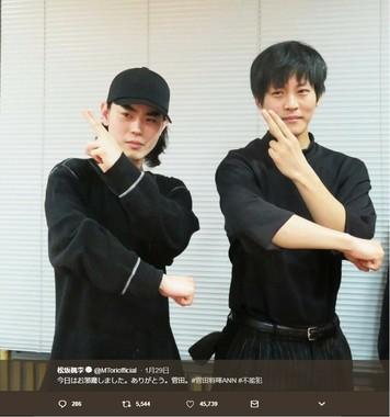 「遊戯王ポーズ」を決める松坂さんと菅田さん(画像は松坂さんのツイートより)