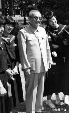 1983年春、奈良の唐招提寺で修学旅行生と気軽に写真をとる胡績緯社長)