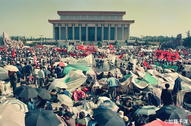 5月16日の天安門広場には大群衆が詰めかけた。西隣の人民大会堂にいるだろうゴルバチョフ書記長の耳に、自分たちの声が少しでも届いたらと。