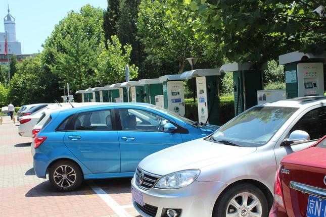 中国ではEVの電池の発火事故が相次いでいる。写真は 北京にあるEV の充電設備