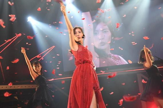「赤いピンヒールとプロフェッサー」を披露する松井珠理奈さん(中央)。ファンの前でパフォーマンスするのは約3か月ぶりだ (c)AKS