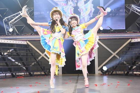 「ここで一発」を披露した須田亜香里さん(左)と松村香織さん(右)(c)AKS