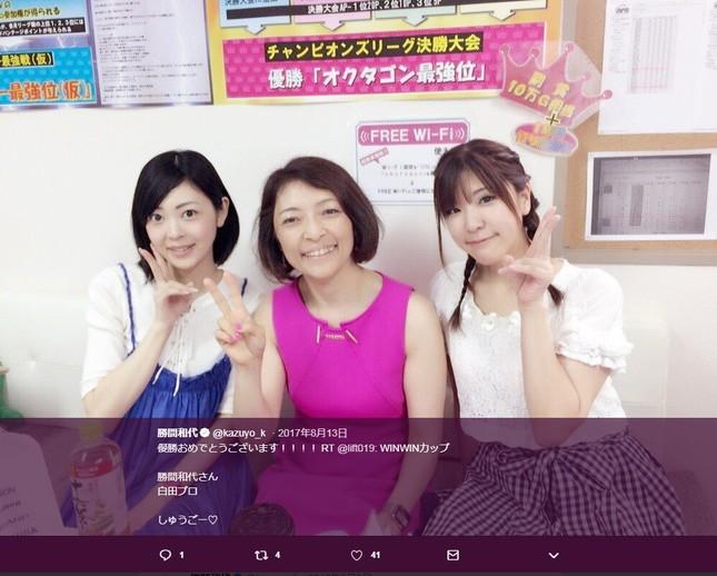 勝間和代さん(写真中央)。画像は勝間さんの17年8月13日のツイートより