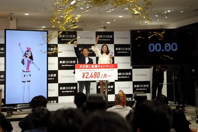 カウントダウンで新機種の発売を祝った。左から「キズナアイ」、榛葉淳副社長、上戸彩さん