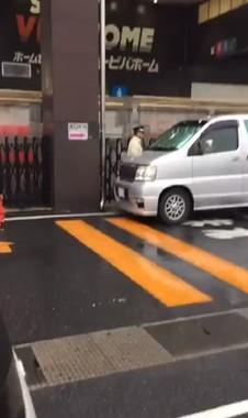 警備員が「迷惑駐車」に怒鳴っていた。左に見えるのは、SHOさん(ピョンギさん投稿の動画から)