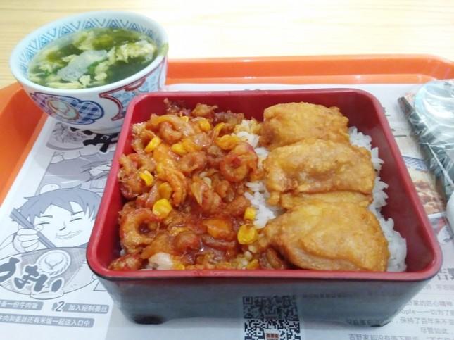 中国・深センの吉野家で販売されていた「ザリガニ丼」。濃いめの味付けがご飯と合う
