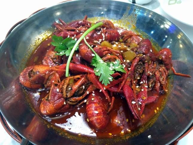 深センの別の料理店で食べたザリガニ料理。殻ごとむしゃむしゃと食べる。味付けはやはりピリ辛が主流で、おつまみにぴったり