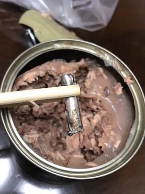 缶詰に混入していた金属製ガイド(写真は、鹿島釣り日記(@xxxprius_tsuri)さん提供)