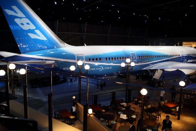 フードコートエリアでは飛行機を目の前に食事が楽しめる