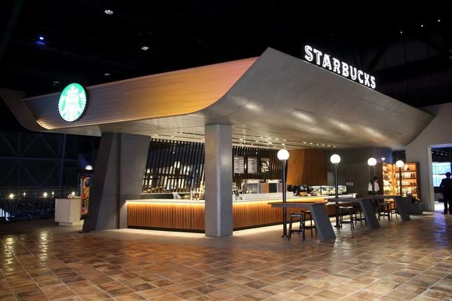 スターバックスの店舗は「特別仕様」。屋根の部分は787型機の翼をイメージした