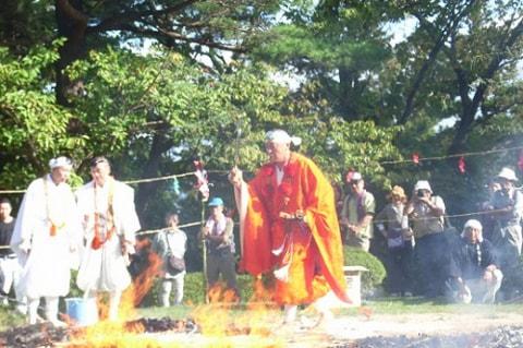 「柴燈大護摩(さいとうだいごまく)火渡り大祭」の様子