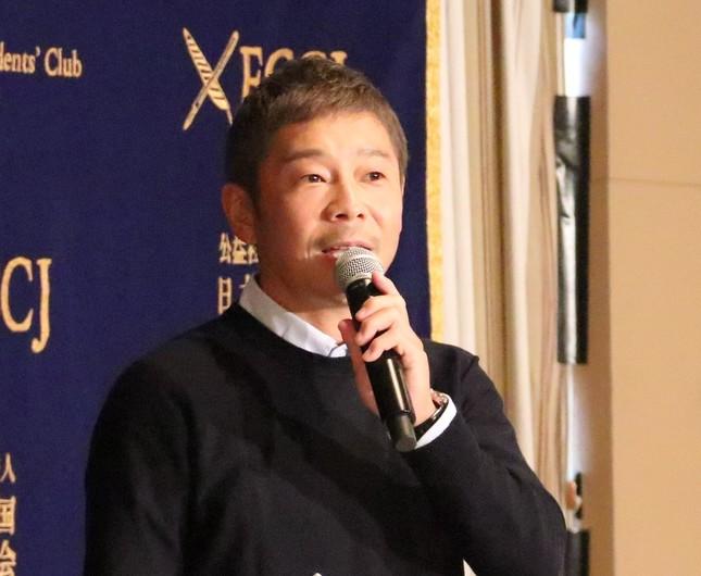 会見で質疑応答する前澤友作社長