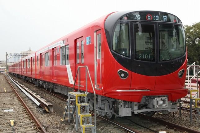 2000系は「グローイング・スカーレット」と呼ばれる鮮やかな赤色をベースにしている