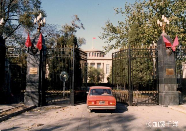 1990年代当時のソ連大使館の正面入り口。6、70年代の文革中は紅衛兵が押し掛けたりした。現在はロシア大使館)