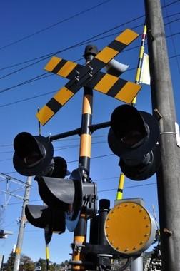電車が止まっていても、勝手に踏切内に入れないという(写真はイメージ)