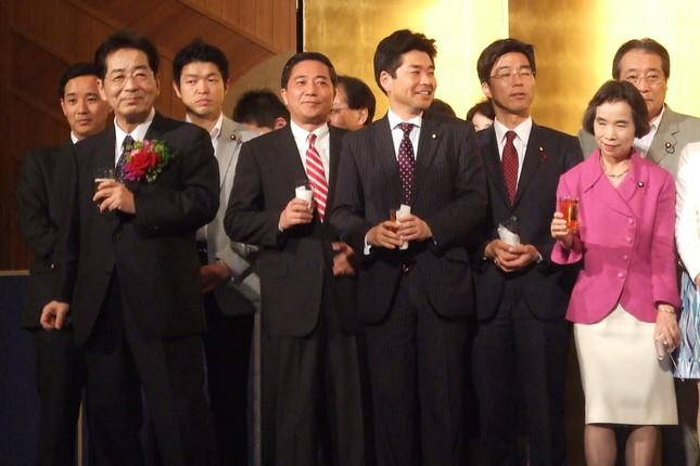 与党時代の2012年に開かれた仙谷氏のパーティー。写っている蓮舫参院議員、古川元久衆院議員らは、今は別々の党で活動する