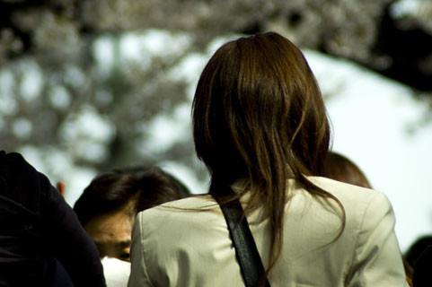 後ろから女性の肩を叩いていた(写真はイメージ)