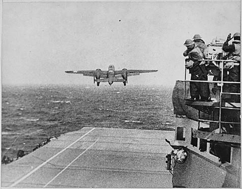 ドーリットル隊の爆撃に出撃するB25-B型爆撃機。日本本土に対する初の空爆だった。