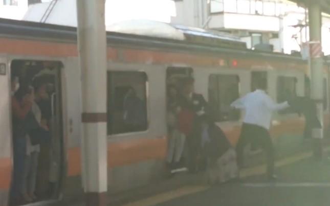 ホームで暴れる乗客の男性(写真は、特急かいじ115号 M116編成 サロハE257-16@e257_0さん提供)