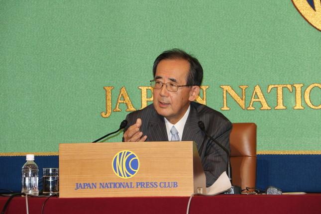 総裁を辞任して以来初の記者会見を行った白川方明・前日本銀行総裁